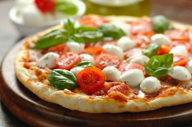 eating-out-in-italy-southern-italian-cuisine-naples-margherita-pizza-auto-europe