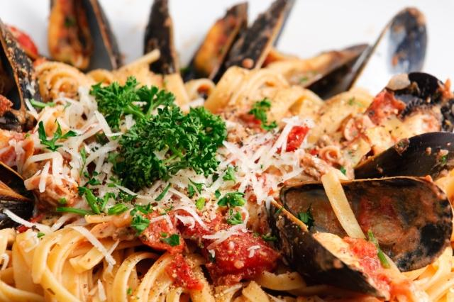 eating-out-in-italy-southern-italian-cuisine-pulgia-linguine-clams-auto-europe